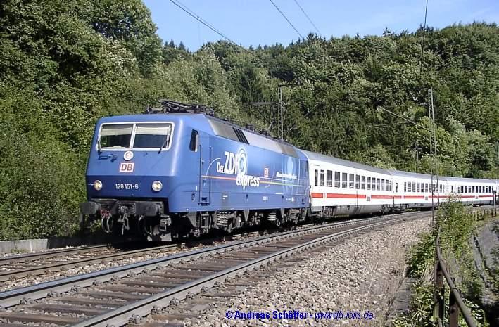120 151 mit ZDF-Werbung fährt mit dem EC 12 die Geislinger Steige talabwärts